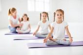 gyakorló gyermekek vesznek részt a torna és a jóga tanárok számára