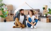 šťastný mladý manželský pár přesune do nového bytu