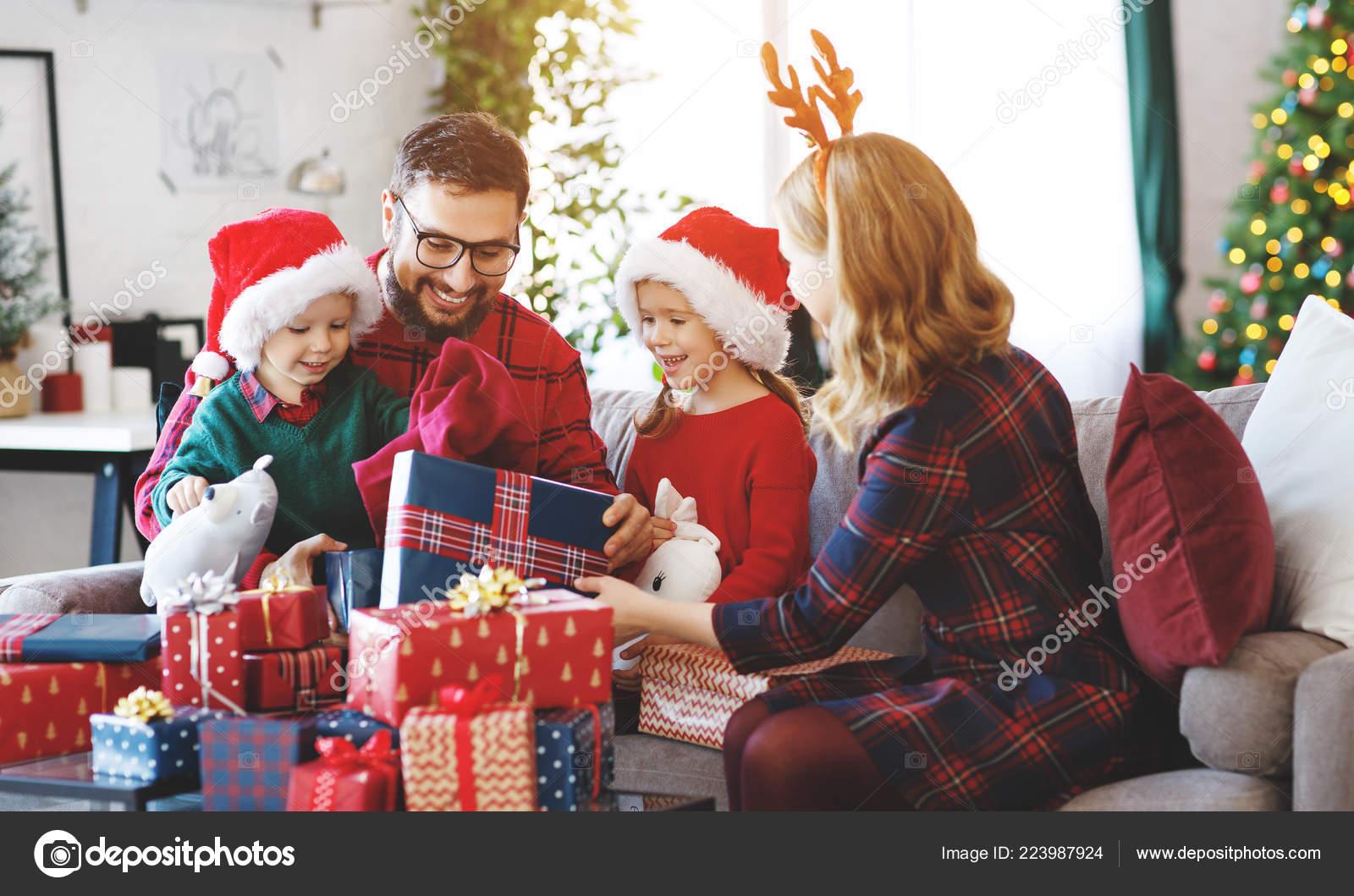Gluckliche Familie Eltern Und Kinder Offnen Geschenke Weihnachten