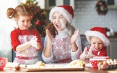 Happy legrační matka a děti péct cukroví