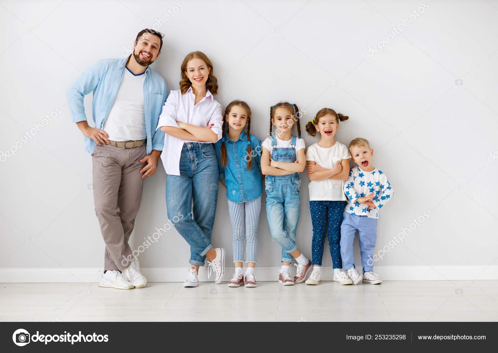 Nagy családi anya apa és a gyerekek fiai és leányai a wh — Stock Fotó