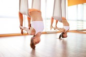 emberek csoportja részt vesz egy osztály a jóga Aero függőágyak anti