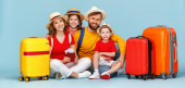 Tělo šťastní rodiče a děti se zavazadly, pasy a vstupenky s úsměvem a při pohledu do kamery proti modré pozadí