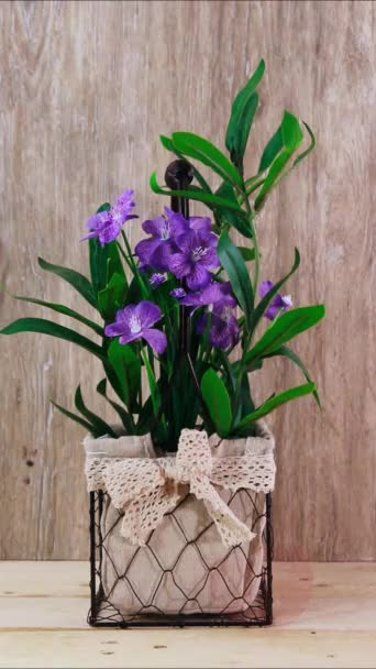gyönyörű mesterséges lila virágok és a nők fel szív szeretlek szöveg