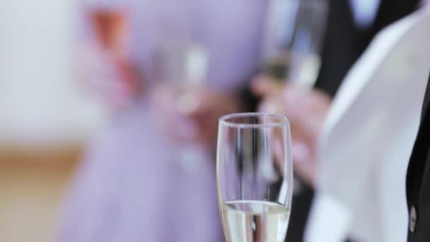 Brýle v rukou hostů