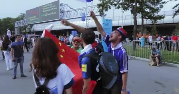 Rusko, Moskva - 15 července 2018: Vlajka Čínské lidové republiky. Fotbaloví fanoušci Chorvatska, Francie, Rusko před zápas Francie - Chorvatsko na stadionu Lužniki v červenci 2018 v Moskvě Ruské federace