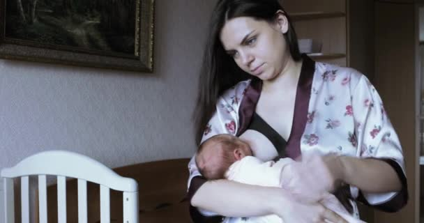 Schöne Frau füttert das Baby