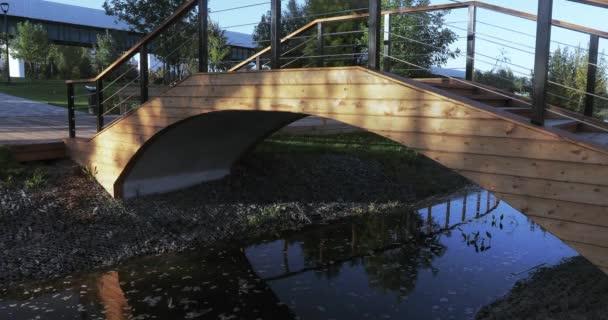 Záři slunce na dřevěný most