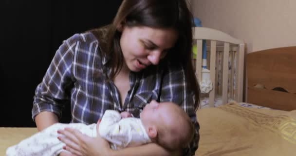 Baby auf den Händen der Mütter