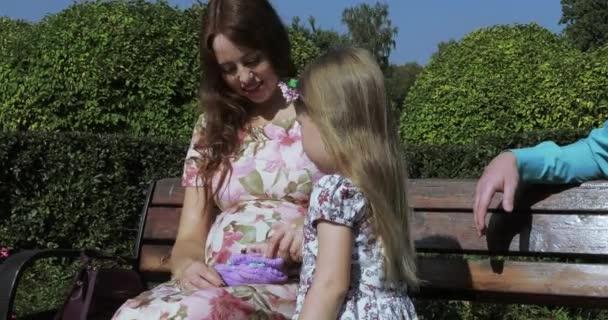 Máma a dcera a dětské botičky