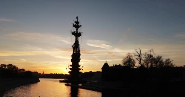 Silueta památník Peter první emisí vydanou Zurab Cereteli při západu slunce