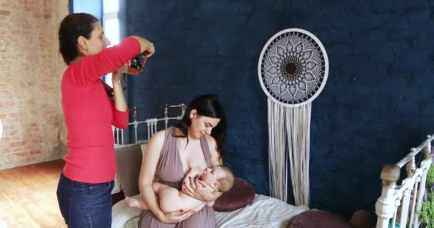Eine junge Frau füttert das Baby
