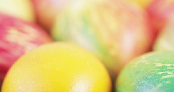 Multi-barevné velikonoční vajíčka
