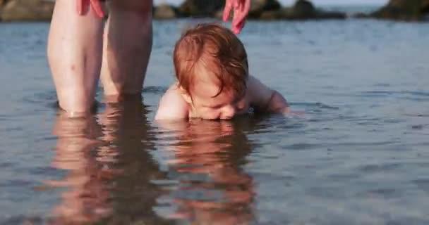 Junge mit Großmutter auf See