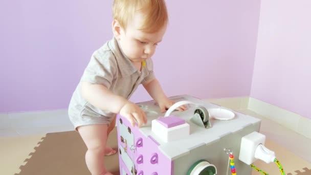 Dítě hraje s zaneprázdněný krychlí