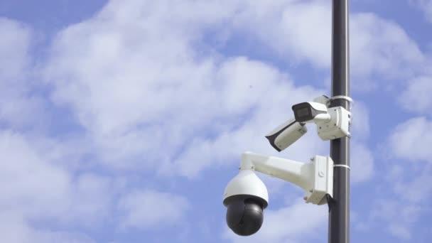 Biztonsági kamerák egy oszlopon
