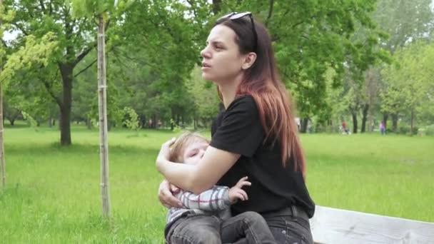 Mutter stillt einen kleinen Jungen