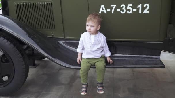 Ein Junge spielt Militär