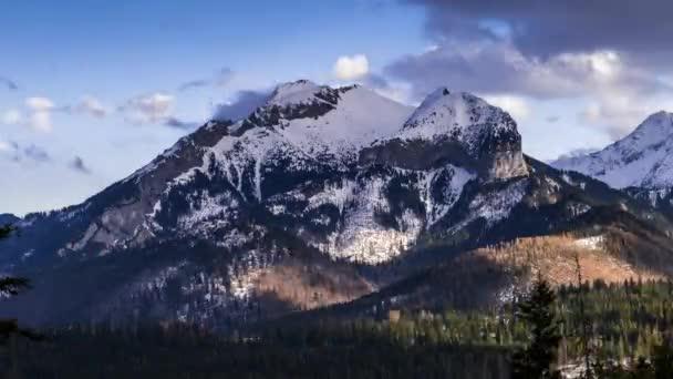 Pohled směrem k vrcholu Havran v Tatrách na Slovensku - časosběrné Video 50fps