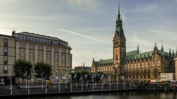 09.10.2019 - Hamburg / Deutschland - Blick Richtung historisches Rathaus - Zeitraffer-Video