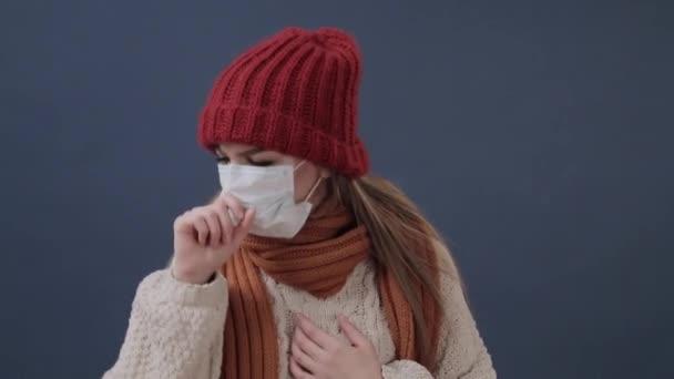 krankes Mädchen setzt Maske auf hustet und traurig