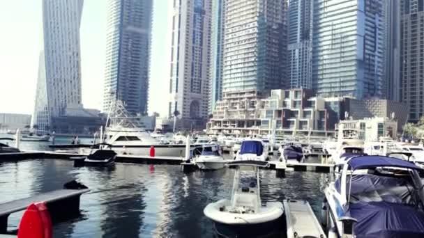 Sok a jacht a kikötőben. Stock. Vitorlás kikötő, sok szép kikötve vitorlás Yachtok a tengeri kikötő, a modern vízi közlekedés, a nyári vakáció, a luxus életmód és a vagyon fogalma