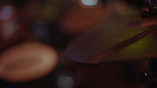 Közeli kép a dob lemez Szia kalap és egy dobos, játszani a dob. Stock. Dobos játék dob