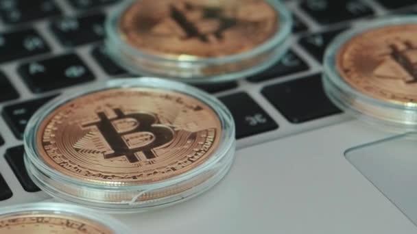 Bitcoin na klávesnici. Měna Bitcoin s konceptem blockchain na klávesnici pro laptop s mincí a grafy. V UK. Šifrovací investiční bezpečnost a strategie