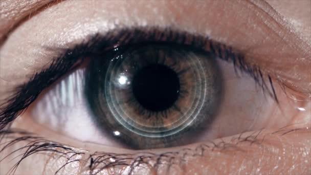 Technologické čočka na oku. Koncept budoucích technologií. Ženské oko s futuristickou objektivu, makro