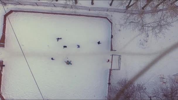 Letecký pohled na fotbal ve sněhu. V UK. Letecký pohled na fotbalové hřiště v zimě pod sněhem. Malé město, stromy, sportovní hřiště, v zimě a sněhu. Fotbalové hřiště v zimě pod sněhem.