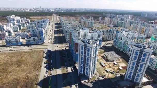 Letecký pohled na nové živé čtvrti. Letecký pohled na čtvrť obytných domů v příměstské oblasti centra. Záběry