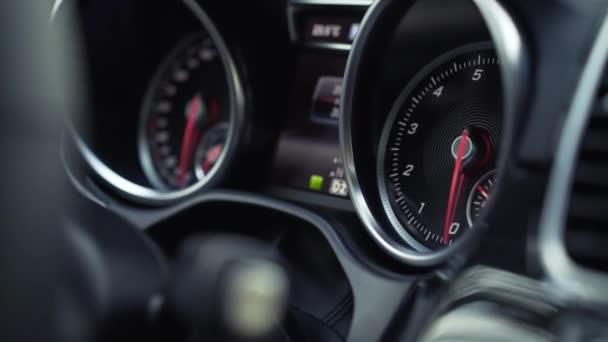 Close-up velocità cruscotto dellinteriore dellautomobile. Stock. Primo piano del pannello auto