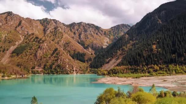 Idilli nyári táj, a tiszta hegyi tó. Stock. Hegyi tó táj. Kilátás a napos hegyi-völgy, a tavak és folyók