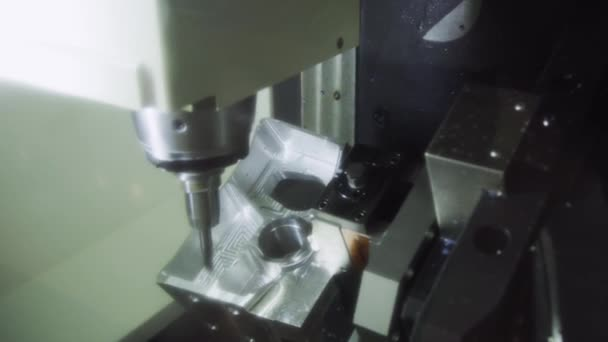 die CNC-Fräsmaschine, die das Aluminium-Automobilteil mit dem Feststoff schneidet. modernes Herstellungsverfahren