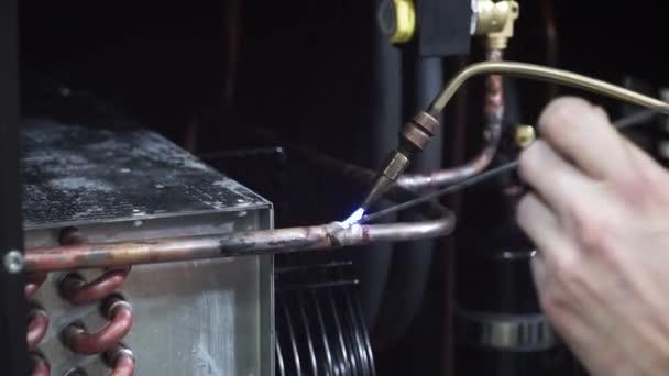Svařování oceli s elektrody svářeč. Klip. Muž svařování kovů zahříváním kovovou tyč