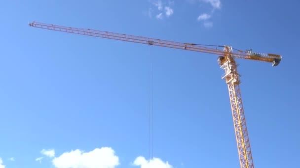 strojní konstrukci jeřábu, nástroj stavebního průmyslu. Žlutá stavební jeřáb na pozadí modré oblohy