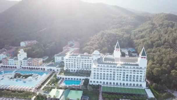 Vista superiore delle piscine alla spiaggia tropicale in hotel di lusso. Video. Vista superiore dellhotel di lusso sulla spiaggia