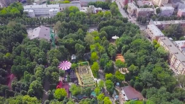 Krásné město Park za slunečného dne. Klip. Pohled shora parku s atrakcemi