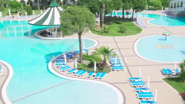 Wunderbare tropisches Schwimmbad mit Hotel-Komplex. Video. Schwimmbad in einem teuren Luxus-Hotel an einem sonnigen Tag