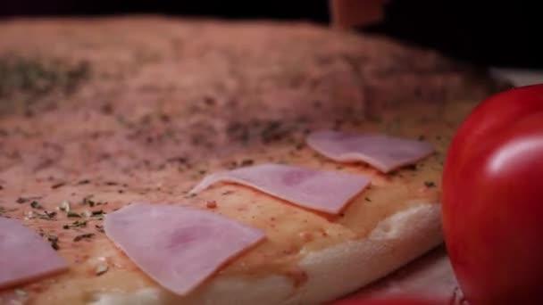 Séf készít egy pizza, állítva, hogy a hozzávalókat a tésztát. Keret. Hagyományos főzés olasz pizza