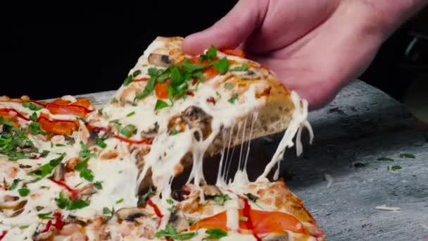 Szelet forró pepperonis pizza, nagy sajt ebéddel vagy vacsorával, sajttal. Keret. Finom, ízletes gyorsétterem olasz hagyományos, fából készült tábla tábla