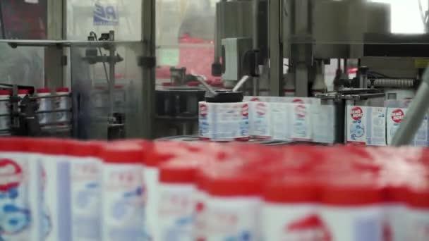 Flüssigwaschmittel auf automatisierte Produktionslinie. Maschinen zum Abfüllen. Clip. Flasche Füllmaschine. Flaschen von Weichspüler auf einem Förderband bewegt. Reinigungs-Produkte. Chemische Industrie