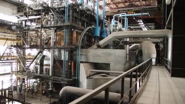 Zařízení, kabely a potrubí jako nacházejících se uvnitř průmyslových elektrárny. Scénu. Uvnitř obrovského průmyslu plynárna