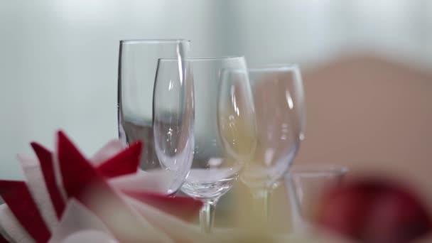 Krásné nové brýle pro víno ze skla stojí ve vyrovnaných řadách na stole v restauraci. Scénu. Sklenice na víno na krásný stůl