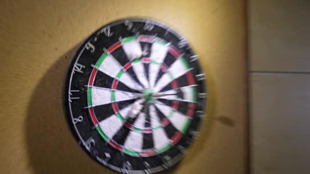 A dart dobja a dart tábla. A siker fogalmát. Darts játék