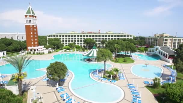 Schwimmbad mit niemand am frühen Morgen. Video. Cooles und Palm Tree Resort-Gebiet. Schwimmbad auf Luxus-resort