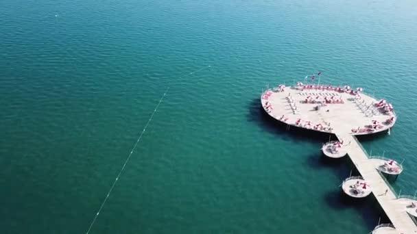 Blick auf Pier von Luxus Hotel, blauen Meer Hintergrund. Video. Top Luftbild Wasservilla auf Malediven Insel, schönen tropischen Malediven Resorthotel. Draufsicht der Häuser auf der Palm Beach, pool