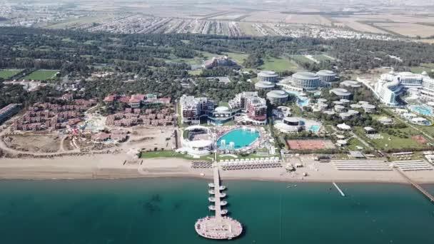 Letecký pohled na molu luxusní hotel, modré moře pozadí. Video. Vila na vodě letecký pohled shora na Maledivy ostrov, krásné tropické Maledivy resort hotel. Pohled shora domů na palm beach, bazén