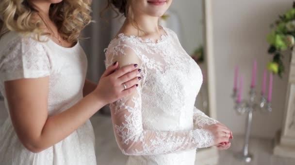 Schöne zarte Mädchen in Brautkleidern. Braut mit Freundin