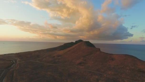 Pohled shora krásné moře krajiny v horách při západu slunce. Střela. Pojem mír a harmonie